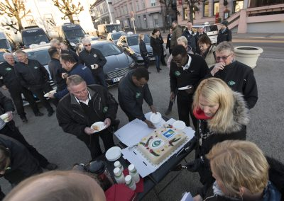 Ordføreren serverer kake